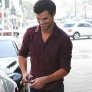 Taylor Lautner - Imagenes/Videos de Paparazzi / Estudio/ Eventos etc. - Página 38 F4aaf8224495376