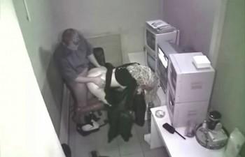 skritaya-kamera-v-institute-v-tualete