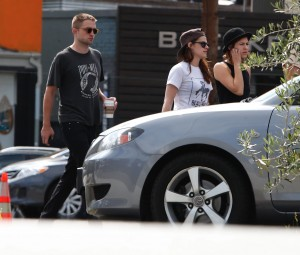 Robsten - Imagenes/Videos de Paparazzi / Estudio/ Eventos etc. - Página 10 17e13a247313228