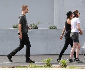 Robsten - Imagenes/Videos de Paparazzi / Estudio/ Eventos etc. - Página 10 6d56c6247312983