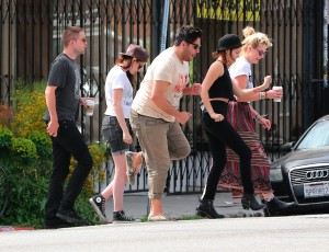 Robsten - Imagenes/Videos de Paparazzi / Estudio/ Eventos etc. - Página 10 8c0f1c247313083