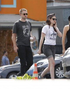 Robsten - Imagenes/Videos de Paparazzi / Estudio/ Eventos etc. - Página 10 E8ed39247312755