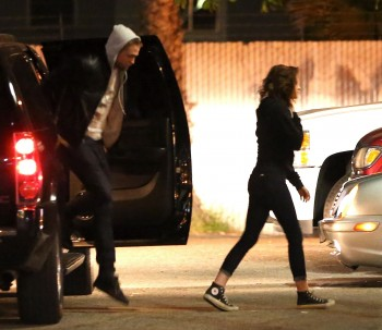 Robsten - Imagenes/Videos de Paparazzi / Estudio/ Eventos etc. - Página 10 A499f6248201196