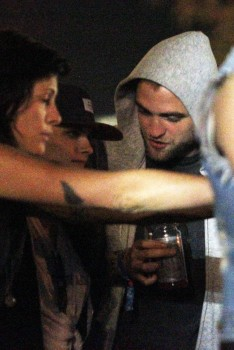 Robsten - Imagenes/Videos de Paparazzi / Estudio/ Eventos etc. - Página 10 E0b86e248715483