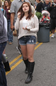 7cd323248934066 Ariel Winter   out and about candids at Farmer's Market in Studio City, April 14, 2013 candids