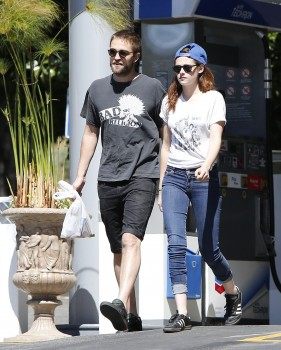 Robsten - Imagenes/Videos de Paparazzi / Estudio/ Eventos etc. - Página 10 Fa2b83249859934
