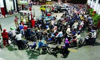 Antrian kendaraan di SPBU menjelang kenaikan harga BBM - Ist.