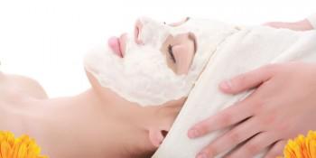 Memakai masker wajah - Shutterstock