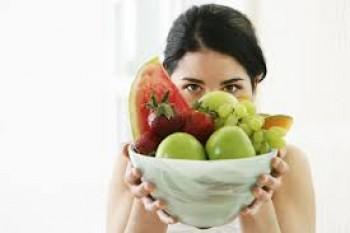 Mengonsumsi buah - Ist