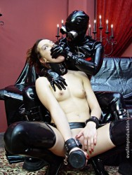Schlagendegirls - A strange latex creature (Lezdom)